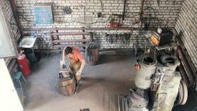 Blacksmith znosi gorącego prącie zdjęcie wideo