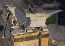 blacksmithing Kowadło i narzędzia fotografia stock
