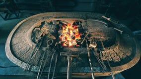 Blacksmithing narzędzia na kowadle zbiory