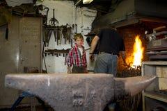 Blacksmiths z młodym synem Zdjęcia Royalty Free