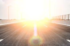 Blacktop z dużym słońcem na wierzchołku zdjęcie stock