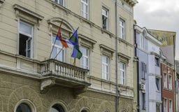 Blacony met de vlaggen van Kroatië royalty-vrije stock foto