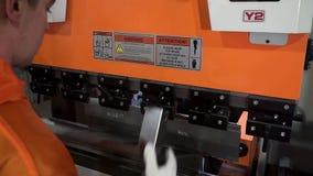 Blad door blad buigende machine van het exploitant de buigende metaal, hoge precisie en hoge het blad buigende machine van het na stock video