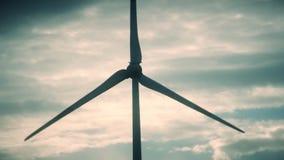Blad för generator för elektricitet för vindturbin rotera på bakgrund för molnig himmel lager videofilmer