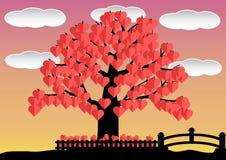 Blad för hjärta för förälskelseträd rött i trädgård med molnet och bron Royaltyfri Bild