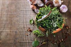 Blad groene mengeling over rustieke houten achtergrond Stock Foto's
