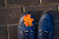 Blad op Laarzen op Tegelspoor in Park in de Herfst royalty-vrije stock foto's