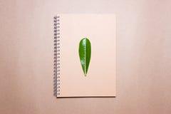 Blad op notitieboekje op een pakpapier Mening van hierboven royalty-vrije stock foto's