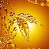 Blad som göras av oljafärgstänk på guld- bakgrund Royaltyfri Illustrationer
