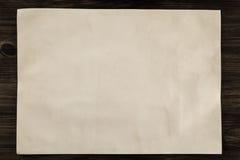 Blad uitstekend document op de oude houten achtergrond perkament Royalty-vrije Stock Afbeelding