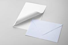 Blad van document met gekrulde hoek en envelop Stock Fotografie