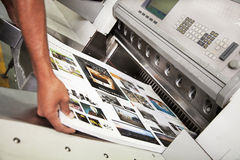 Blad van drukpers wordt getrokken die stock foto's