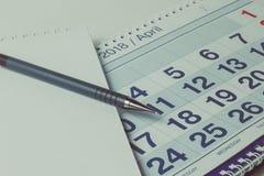 Blad van een kalender en een penclose-up royalty-vrije stock afbeelding