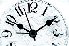 Blad van een kalender met het aantal dagen en klok stock afbeeldingen