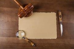 Blad van met de hand gemaakt document op houten lijst Royalty-vrije Stock Foto's