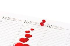 Bladdagboken som är öppen på datumet av 15th Februari och, är markerat rött c Royaltyfria Foton