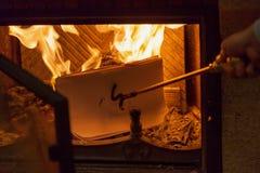 Bladen van document het branden in brand van open haard Royalty-vrije Stock Foto