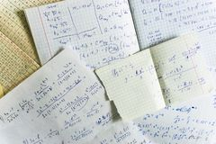 bladen van document met wiskundige en fysieke berekeningen stock fotografie