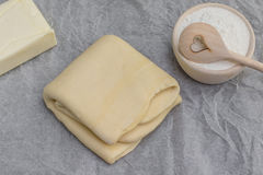 Bladerdeeg met boter en bloem Royalty-vrije Stock Afbeelding