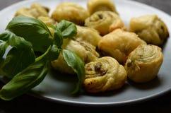 Bladerdeegbroodjes met het Italiaanse pesto vullen Royalty-vrije Stock Fotografie