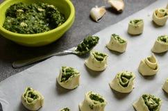 Bladerdeegbroodjes met spinazie en het Griekse kaas vullen royalty-vrije stock fotografie