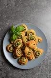 Bladerdeegbroodjes met spinazie en het Griekse kaas vullen royalty-vrije stock afbeeldingen