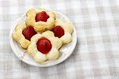 Bladerdeegkoekjes in bloemvorm met aardbeien wordt gevuld die. Royalty-vrije Stock Afbeelding