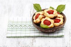 Bladerdeegkoekjes met verse aardbeien worden gevuld die Royalty-vrije Stock Foto