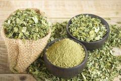 Bladeren en moringa poeder stock afbeelding
