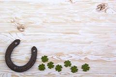 Bladeren van de stoffen de groene klaver met hoef op houten achtergrond royalty-vrije stock foto's