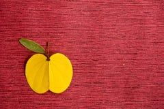 Bladeren zoals Apple op een rode achtergrond Stock Afbeelding
