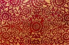 Bladguldet på trä för bakgrunden och texturerna Thailändsk styl arkivfoton