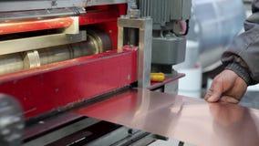 Bladmachine om metaal te snijden stock footage