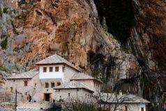 Blagaj Sufi derwisza kamienia Muzułmański monaster w zboczu góry Bośnia, Herzegovina - Zdjęcie Stock