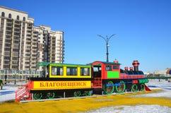Blagoveshchensk, Rússia, outubro, 21, 2017 Brinque o ` marcado trem de Blagoveshchensk do ` no campo de jogos ajardinado novo do  imagens de stock