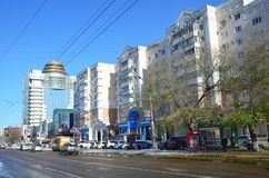 Blagoveshchensk, Rússia, outubro, 21, 2017 Carros na rua de 50 anos de outubro em Blagoveshchensk Fotografia de Stock
