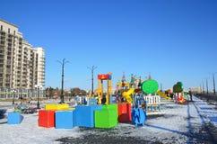 Blagoveshchensk, Rússia, outubro, 21, 2017 Povos que andam no campo de jogos novo das crianças na margem do rio Amur Fotos de Stock Royalty Free