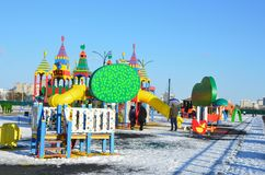 Blagoveshchensk, Rússia, outubro, 21, 2017 Povos que andam no campo de jogos novo das crianças na margem do rio Amur Imagens de Stock Royalty Free