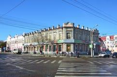Blagoveshchensk, Rosja, Październik, 21, 2017 Ludzie chodzi blisko budynku Drugi sklep handlowy dom ` Mnie Ya Churin Obraz Royalty Free