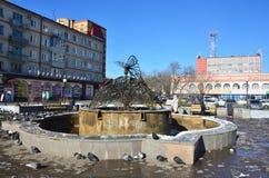Blagoveshchensk, Rosja, Październik, 21, 2017 Ludzie chodzi blisko fontanny ` Motyliego ` na ulicie 50 rok Październik w Blagov Obraz Stock