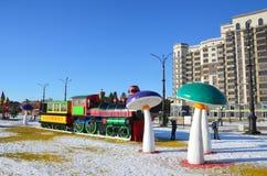 Blagoveshchensk, Russie, octobre, 21, 2017 Jouez le ` de Blagoveshchensk de ` marqué par train sur le nouveau terrain de jeu amén Photographie stock libre de droits