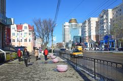 Blagoveshchensk, Russie, octobre, 21, 2017 Les gens marchant sur la rue de 50 ans d'octobre dans Blagoveshchensk Images stock
