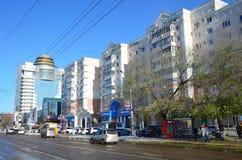 Blagoveshchensk, Russland, Oktober, 21, 2017 Leute, die auf die Straße von 50 Jahren von Oktober in Blagoveshchensk gehen Stockbild