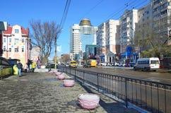 Blagoveshchensk Ryssland, Oktober, 21, 2017 Folk som går på gatan av 50 år av Oktober i Blagoveshchensk Royaltyfria Foton