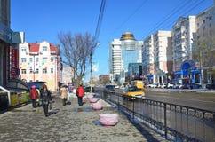 Blagoveshchensk Ryssland, Oktober, 21, 2017 Folk som går på gatan av 50 år av Oktober i Blagoveshchensk Arkivbilder