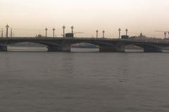 Blagoveshchenskii桥梁阴云密布秋天晚上的看法 免版税图库摄影