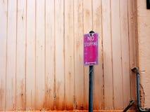Blakł Żadny powstrzymywanie ruchu drogowego znaka i blednąć drewno ścianę zdjęcie royalty free