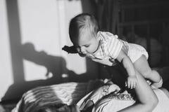 Blak e branco do babygirl da posse da mãe Fotografia de Stock Royalty Free