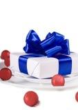 Blanc actuel avec la décoration de table de bandes bleues Photographie stock