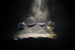 blanc au moment de l'exécution d'isolement par concept de fond Silhouette d'horloge et de fumée de sablier sur le fond foncé avec Photo libre de droits